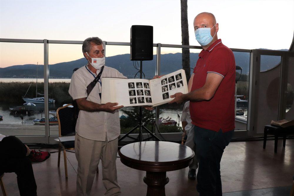 Новинарот Митаноски подари збрка со стари фотографии од СВП